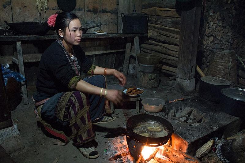 Hmong vrouwin de keuken